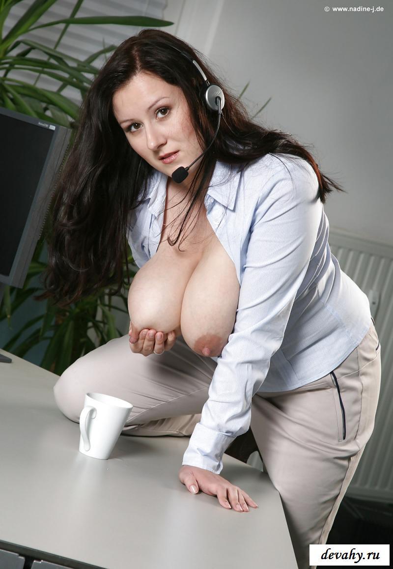 Голая сотрудница службы поддержки делает кофе