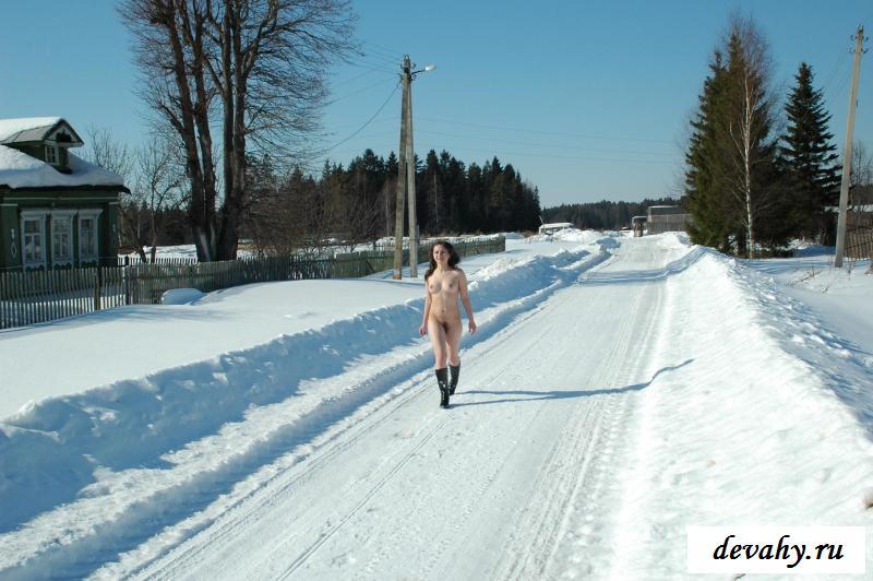 Раздетая деревенская жительница прогуливается зимним утром