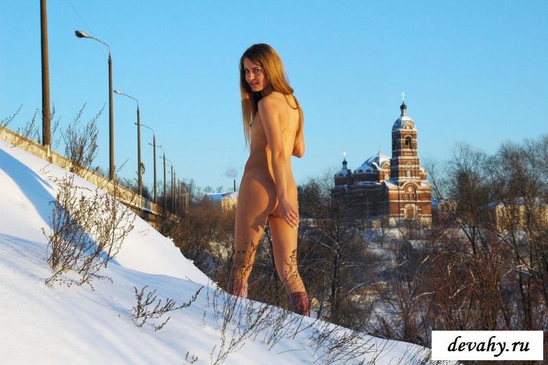 Голая россиянка гуляет у водоема зимой