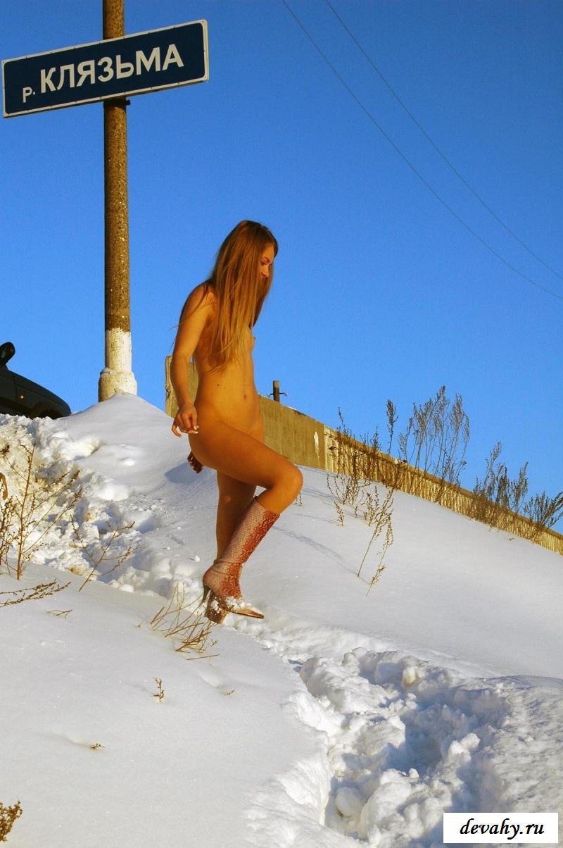 Раздетая россиянка прогуливается у реки зимой