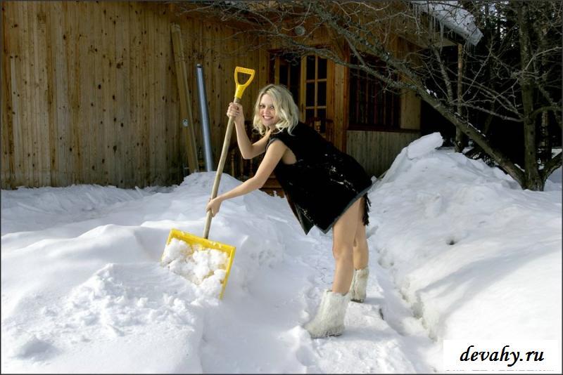 Веселая голая сибирская девушка в длинной шубке