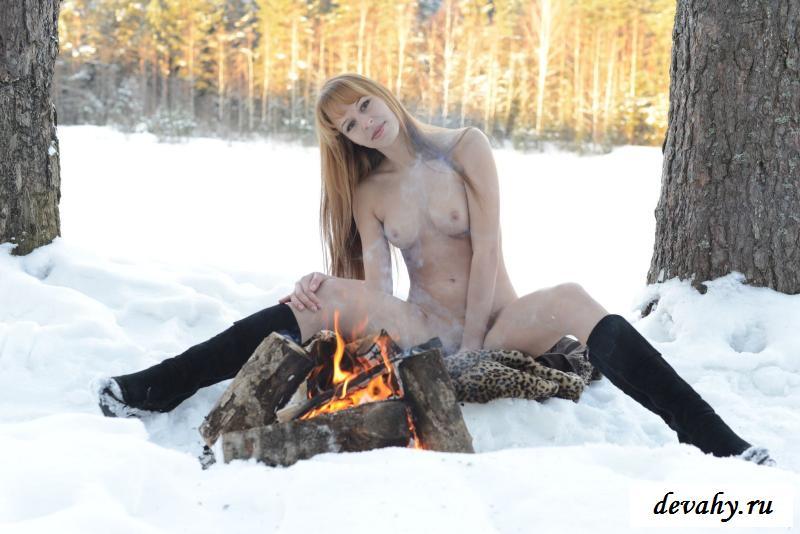 Нагая милашка греется у костра в сибирские морозы