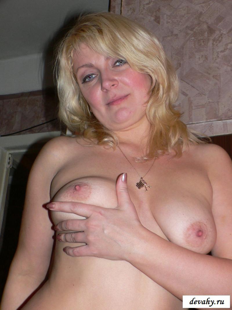 Возбуждающая голая теща в нейлоновых колготках секс фото