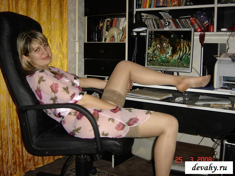 Раздетая россиянка в тонком пеньюаре сидит за компьютером