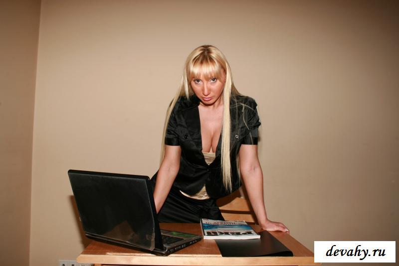 Раздетая бизнес-леди отдыхает в офисе