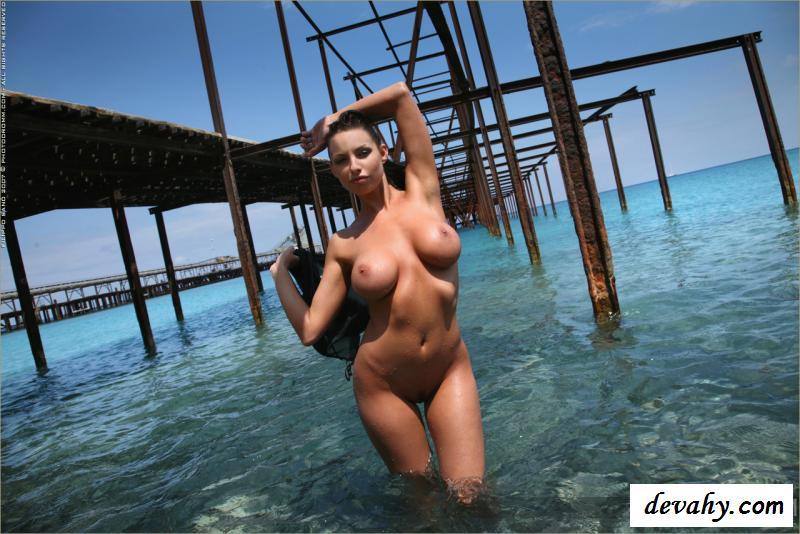 Стоячие обнаженные мокрые буфера классной проститутки