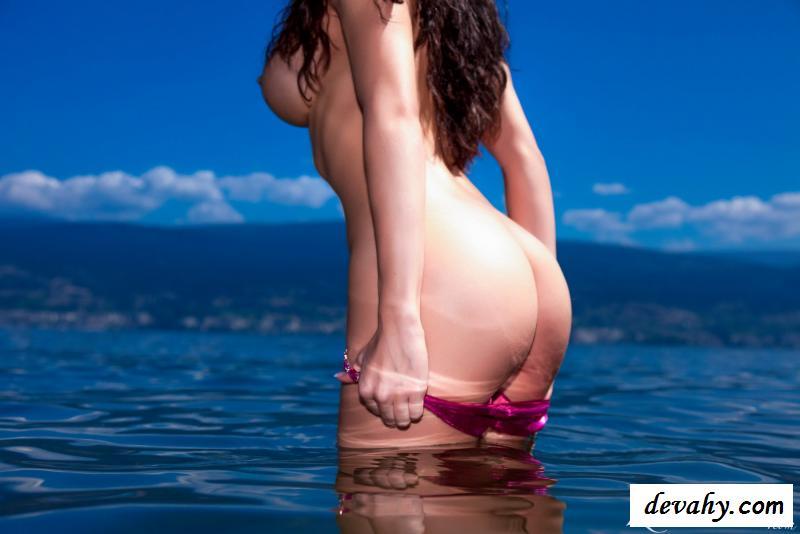 Нагая кудряшка сбросила купальник на море секс фото