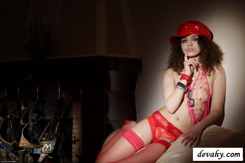 Нагая шлюха в арт эротике в красной панаме
