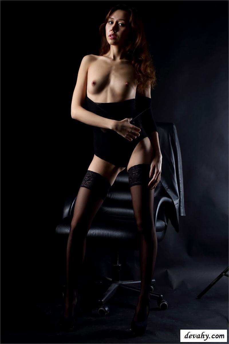 Раздетая секретарша в темном помещении