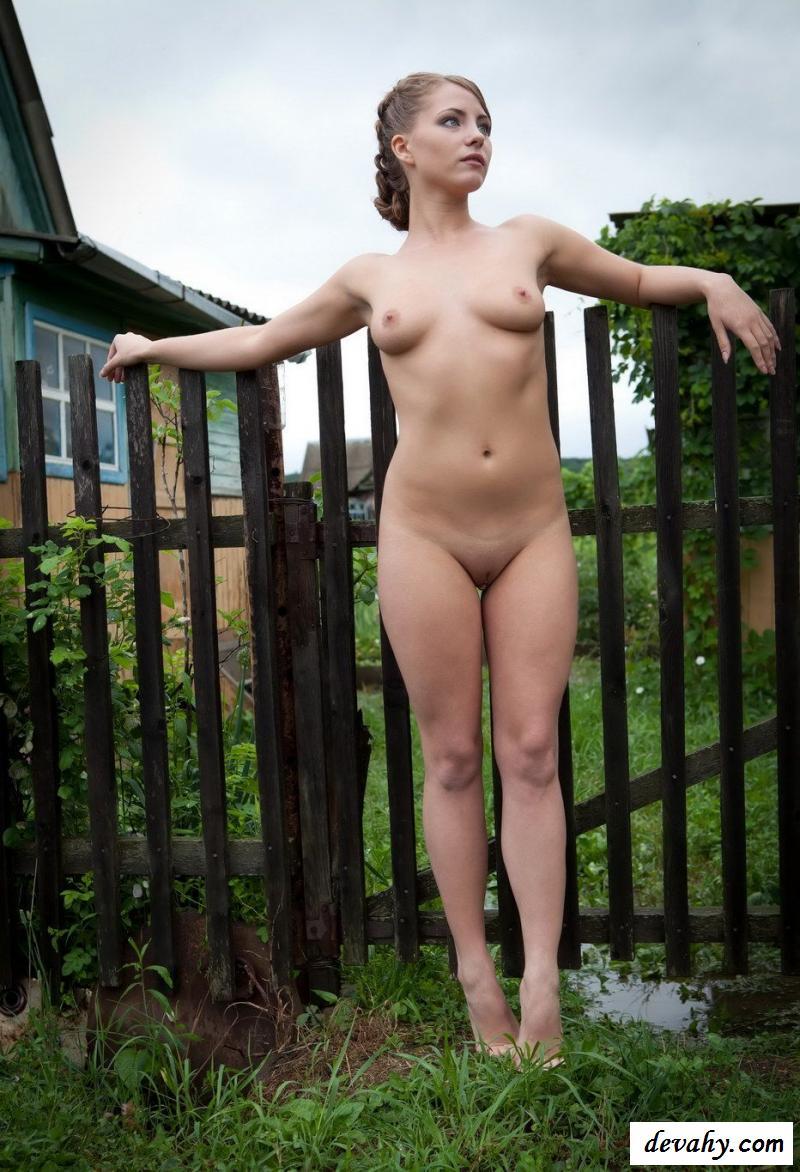 Раздетая Анюта позирует в огороде на даче