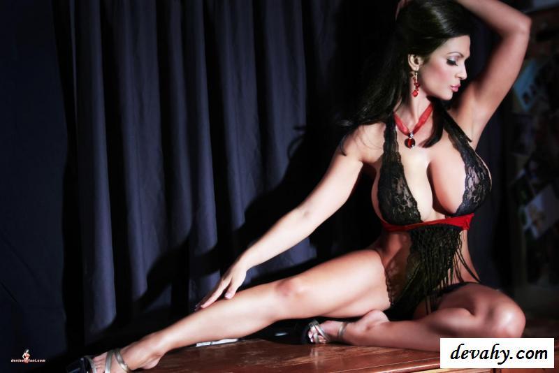 Титястая шлюшка с нагими ножками | Картинки секс фото