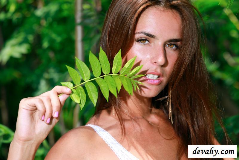 Чувственная голая путешественница застряла в джунглях