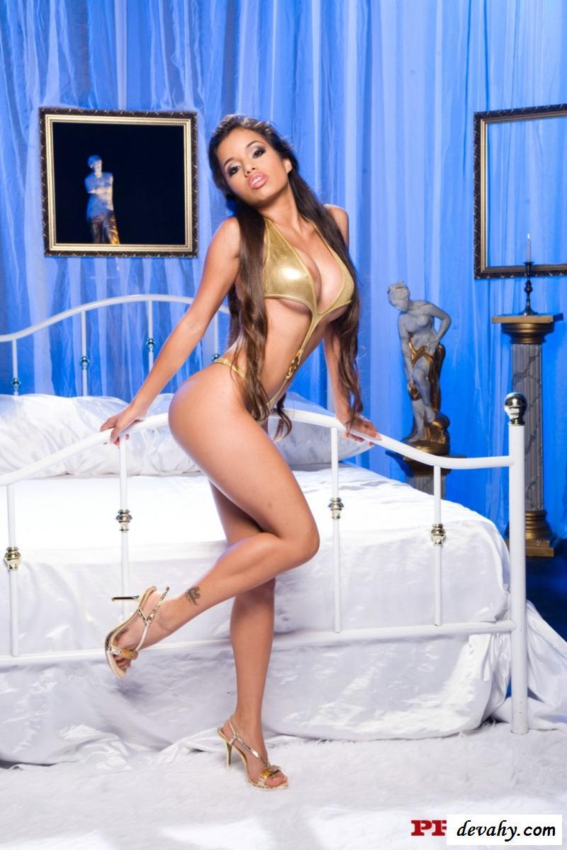 Обнаженная Лупе Фуэнтес с выразительным взглядом секс фото