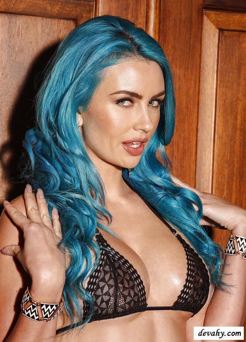 Клубничка эротичной суки с светло-синими волосами