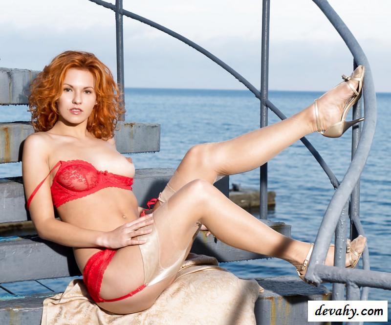 Эротика рыжей шлюшки на фоне моря