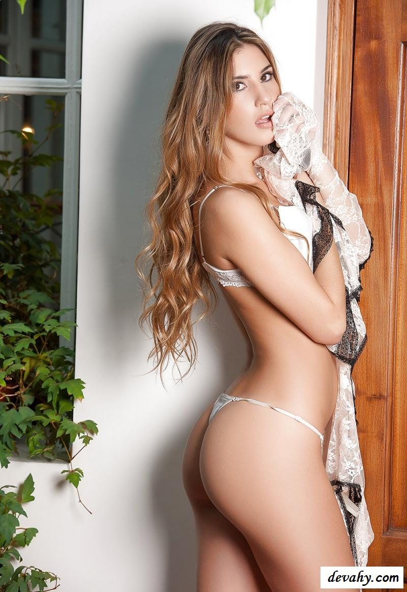 Развратная обнаженная аргентинка в белом белье