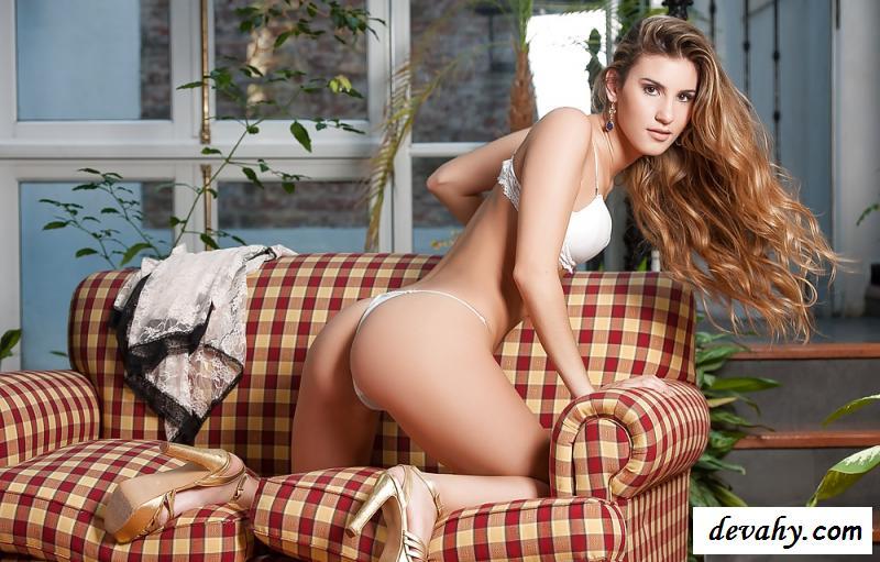 Сексапильная обнаженная аргентинка в белоснежном белье