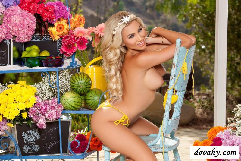 Эротика гламурной девы в желтом купальнике