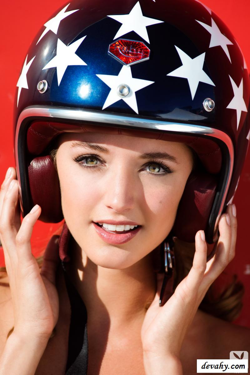 Эротика похотливой водительницы у спорткара