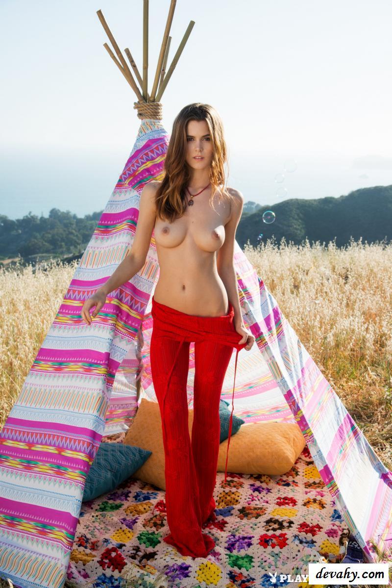 Голая туристка остановилась в поле (фотографии) смотреть эротику