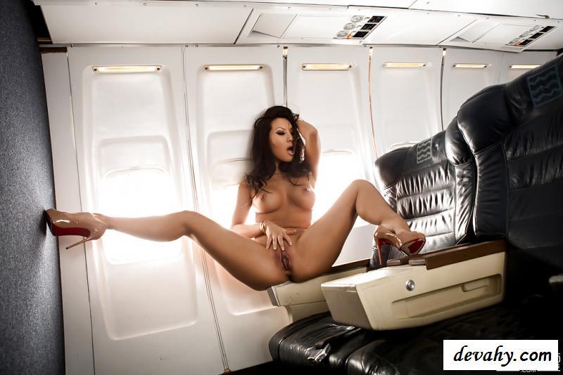 Обнаженная азиатка в частном самолете