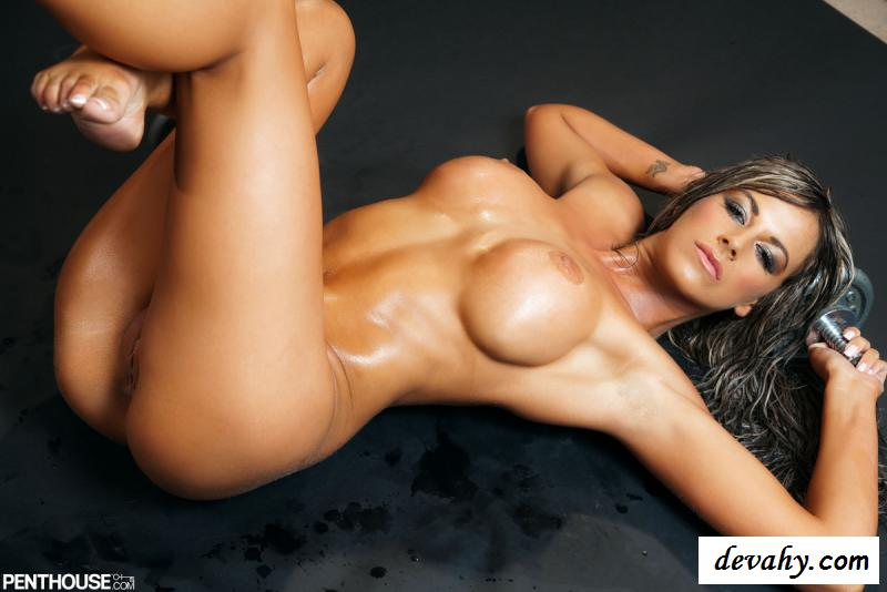 Голая вспотевшая фитоняшка с идеальным телом секс фото