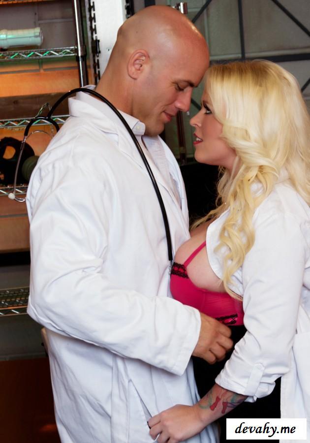 Аппетитная и пошлая медсестра с большой жопой трахается с доктором