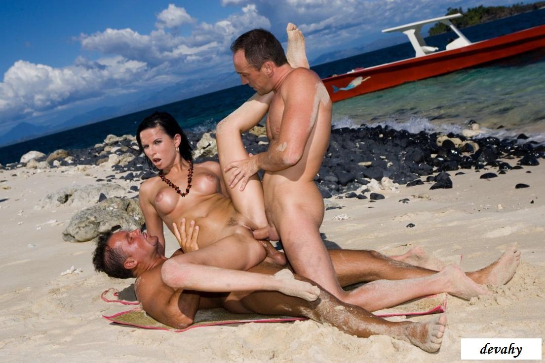 Голая красотка с большой грудью купается на диком пляже