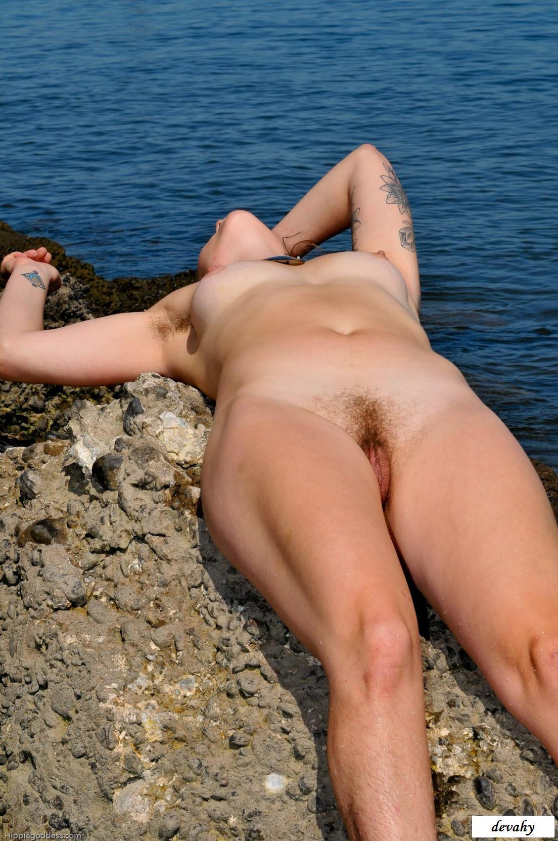 Русская брюнетка на морском побережье - голые на диком пляже
